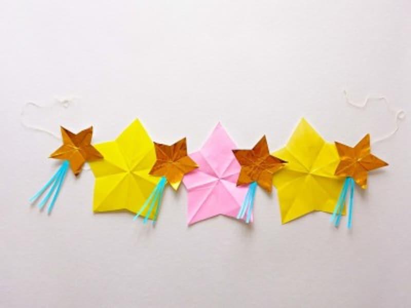 折って切って作った星で七夕の星つづり