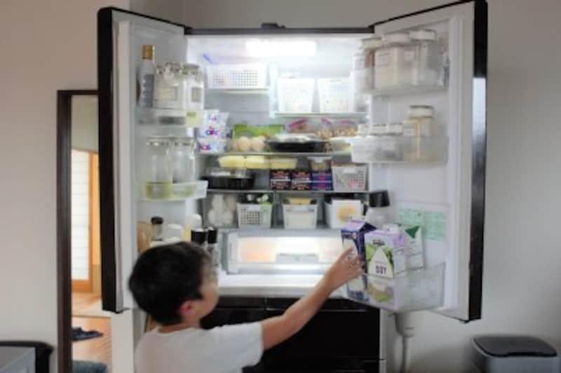 ガイド宅の冷蔵庫。子供が自分で取れる高さを意識
