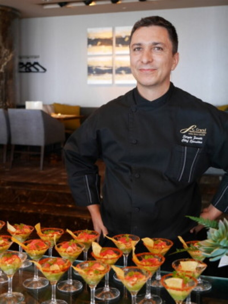 横浜ロイヤルパークホテルのスカイラウンジ「シリウス」の取材時、メキシコから来日された総料理長を撮影した画像が好評で、人物撮影に自信が持てるように(2017年9月1日撮影)