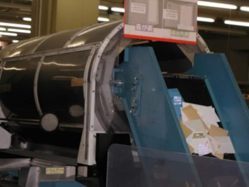 ハガキは郵便局の高速仕分け機にかけられるので、テープやシールがはがれないように、補強して投函しましょう