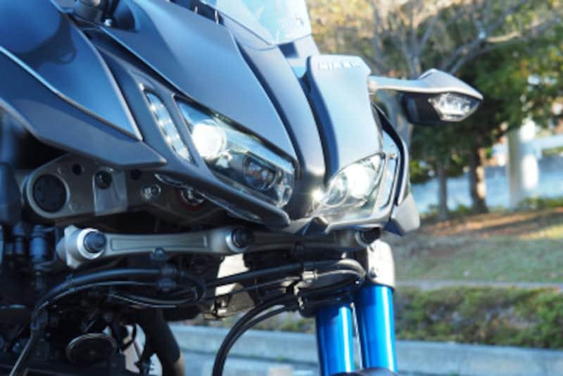 ヘッドライトは4個LEDが配置されロービーム時に2灯ハイビーム時に4灯になる
