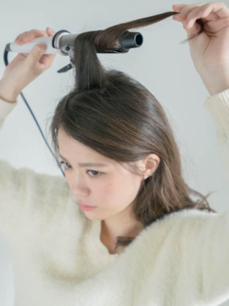 頭皮に対して垂直に毛束を持ち上げてから巻くと根元からウェーブが出来る