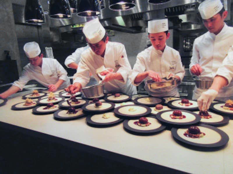 KIKKOMANLIVEKITCHENTOKYO(キッコーマンライブキッチン東京)目の前で次々と料理が提供されていくオープンキッチンは見もの!