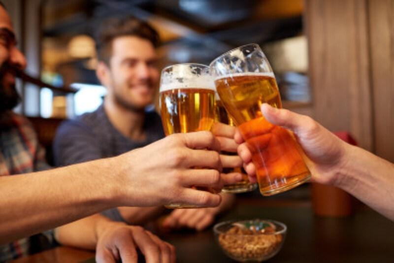 飲み会などで繰り広げられる、男性同士のマウンティング合戦……
