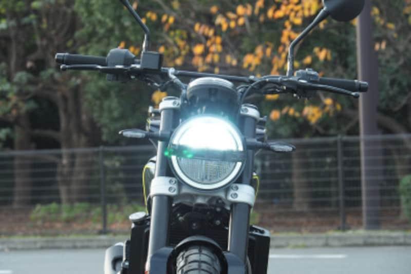 ヘッドライトはオーセンティックな丸型が上下にセパレートされてマウントされている。ロービーム時は上側だけ、ハイビーム時は上下が点灯する