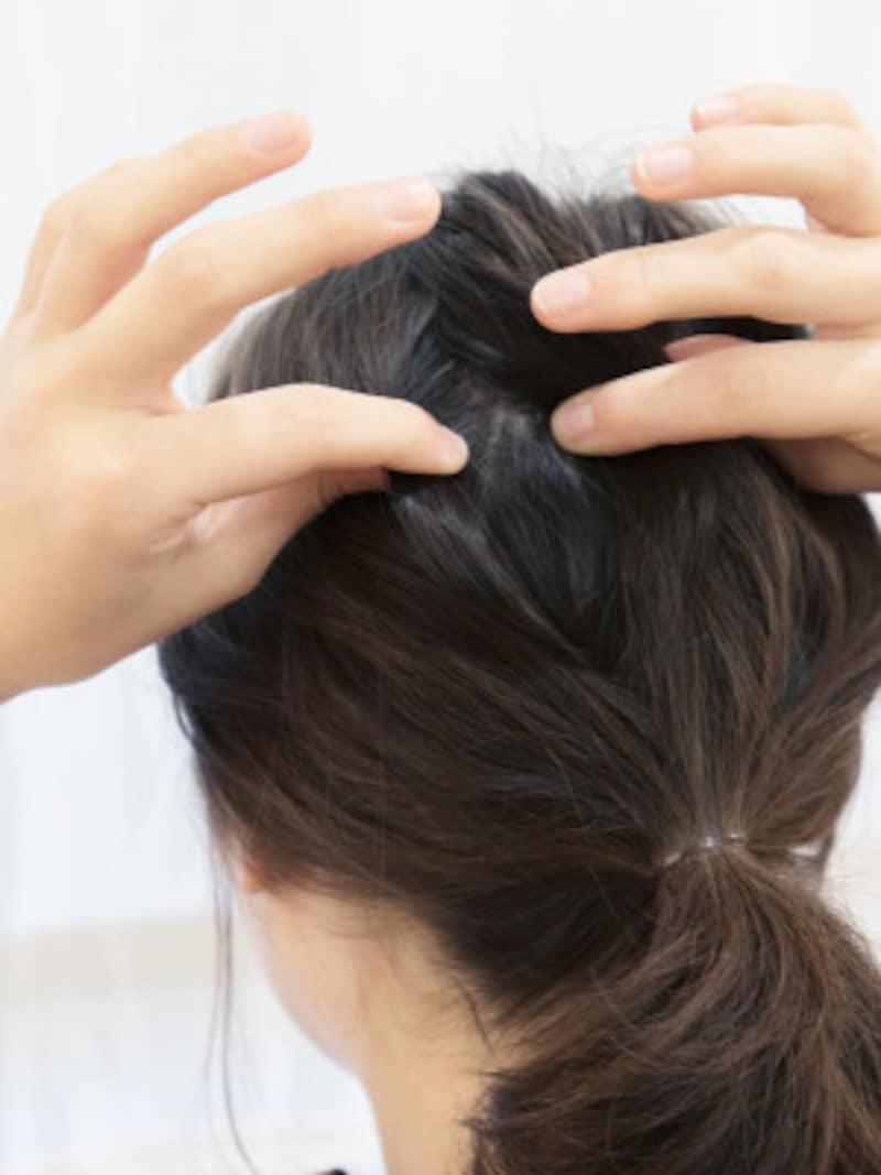 指先でかき分けて、毛束を根元から引っ張ると立体的になる