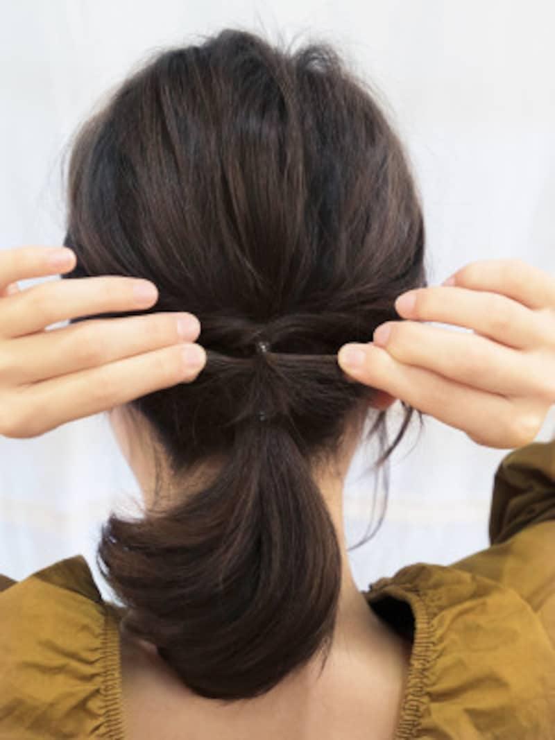 くるりんぱした毛束を二等分し左右に引っ張り、たるみをとる