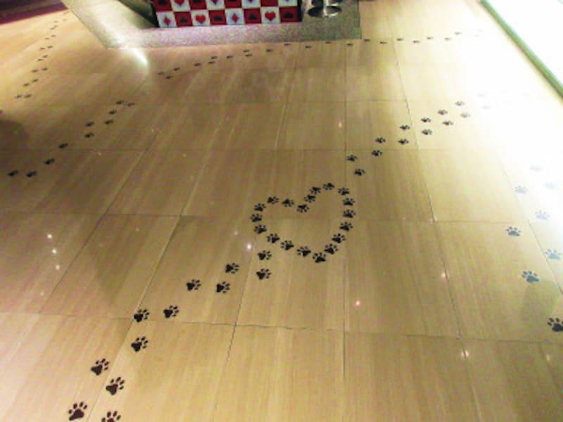 ヒルトン東京猫の足跡がプリントされたフロア