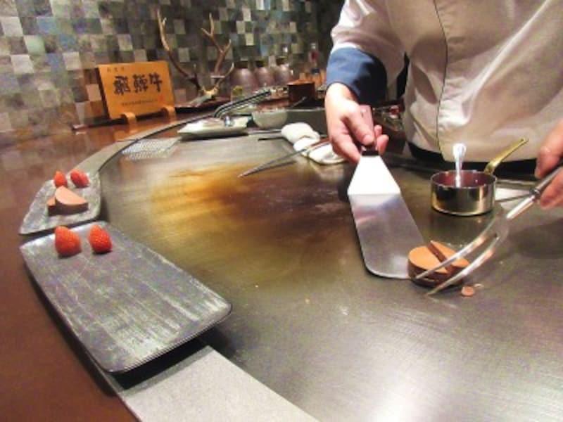TOKYOKAIKAN會鉄板でのデザートの調理