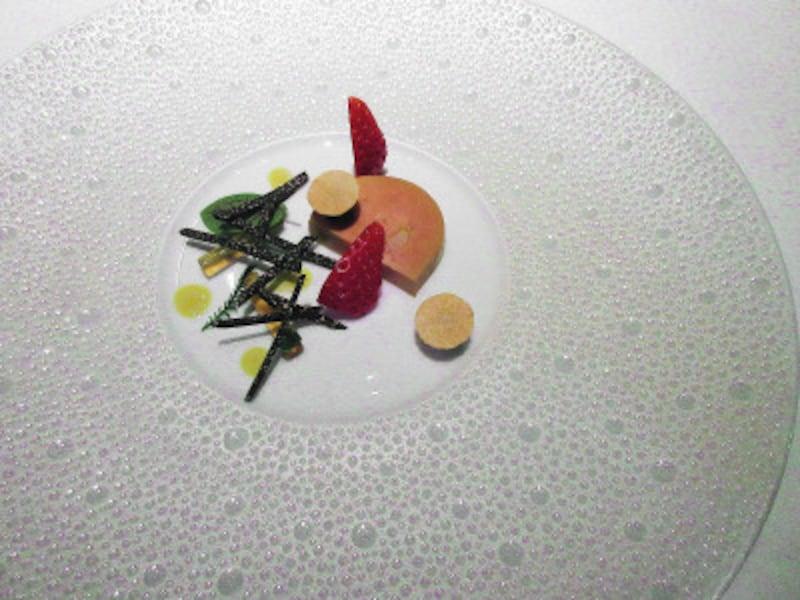 レストランプルニエスーラール社鴨フォア・グラのテリーヌとコンソメのチューブグリオットチェリーと黒トリュフのマルムラード
