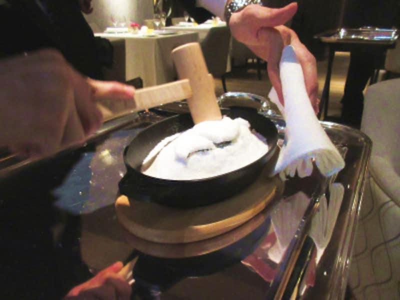 レストランプルニエ蝦夷鮑海藻塩釜蒸しのプレゼンテーション