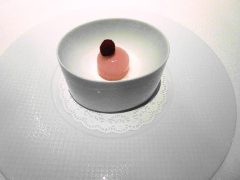 レストランプルニエ木苺の生マカロンヨーグルトソース