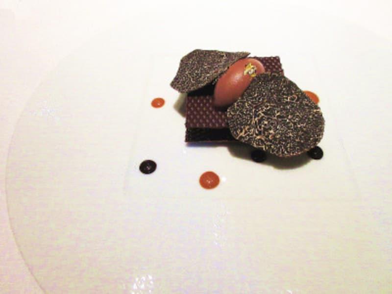 レストランプルニエシェフのスペシャリテ黒トリュフのクリームをサンドした「キャレショコラ」