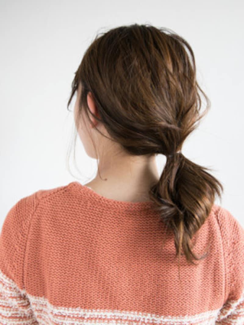 お団子のようなヘアアレンジ。ポニーフックでより華やかな印象に