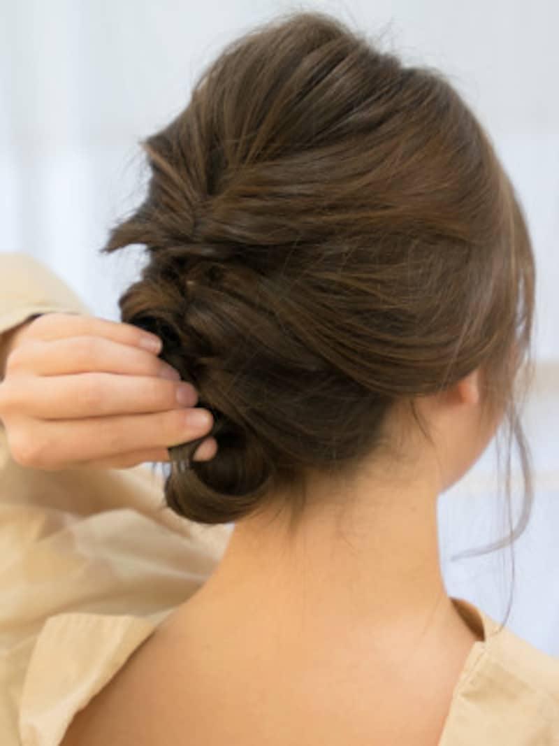 毛先を内側に丸めこむように巻き上げる