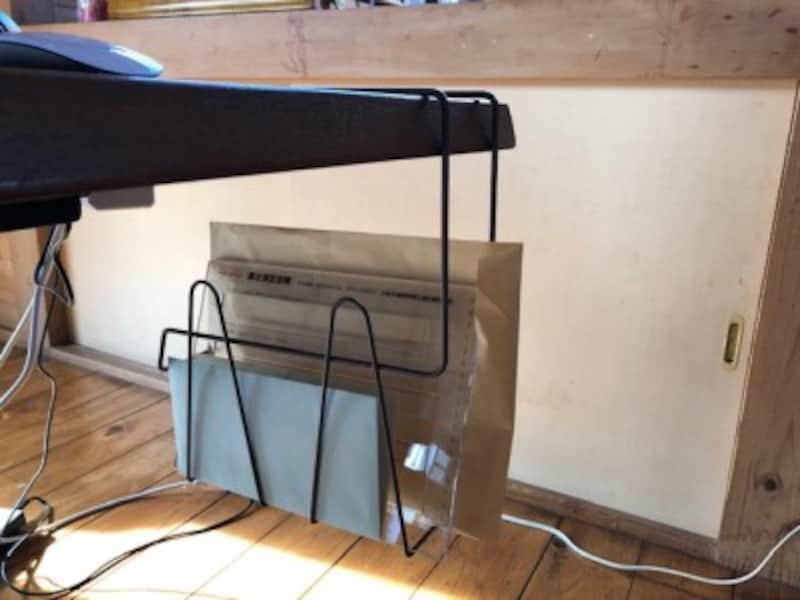 これまで見落としていたデスク下のスペースを有効活用できるテーブルラック。