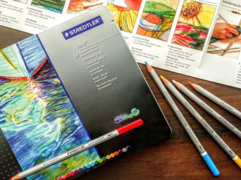 ステッドラーカラト水彩色鉛筆中にテクニック、カラーチャート用紙が入っている。