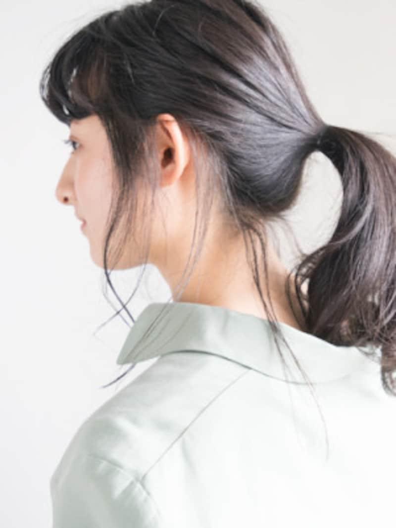 襟足の角と耳後ろの毛束をつまみ出す