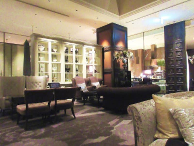 ホテルインターコンチネンタル東京ベイ食後は隣接する「ニューヨークラウンジ」に転卓してデザートを満喫