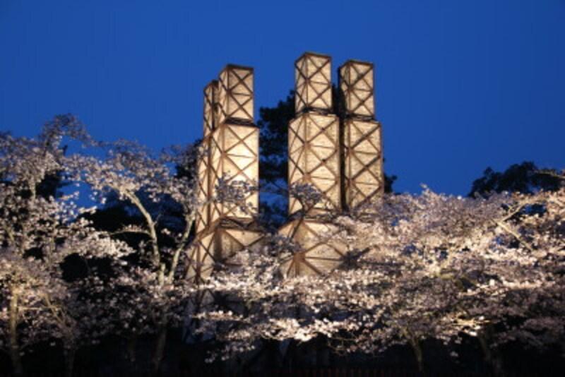 桜の季節ににライトアップされる韮山反射炉