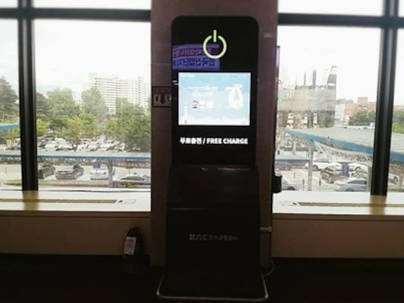 大邱国際空港内の携帯電話充電ブース