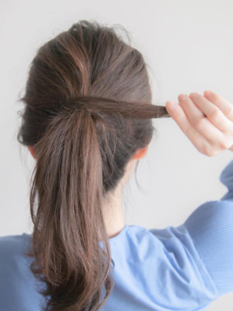 巻きつけた毛束が、たるまないように気をつける