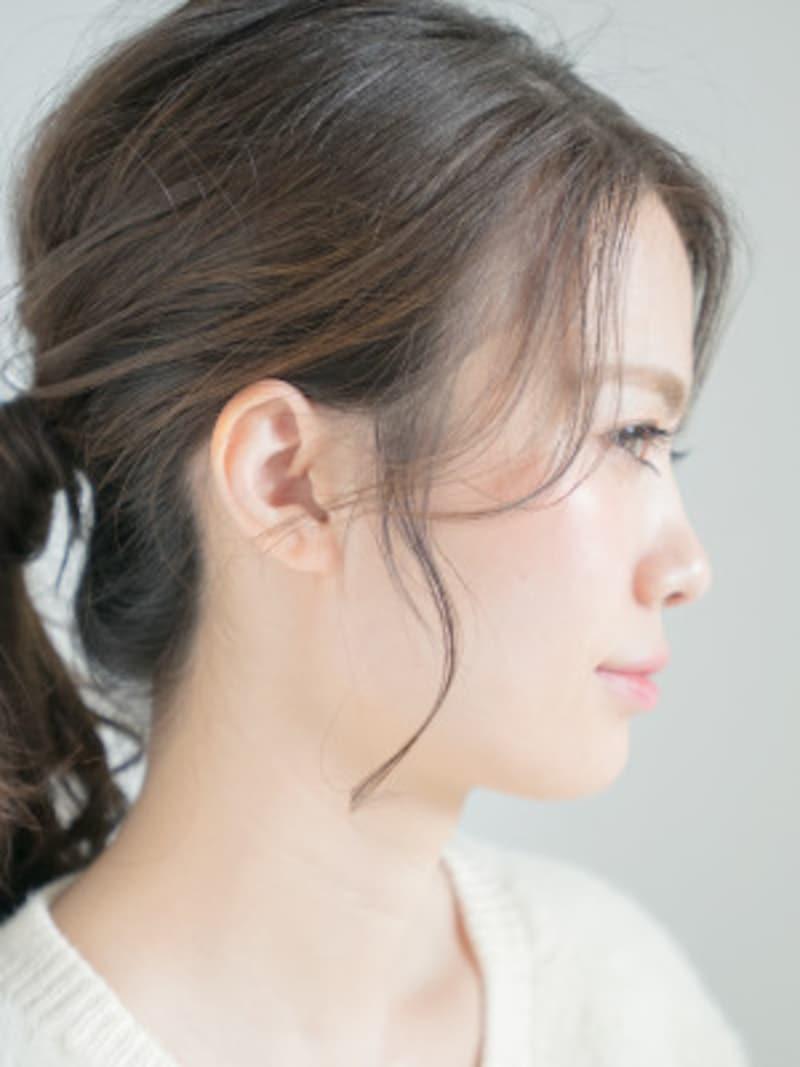耳前や顔まわりに細い毛束でおくれ毛をつくることで、定番のひとつ結びもこなれた印象に。小顔効果もあり。