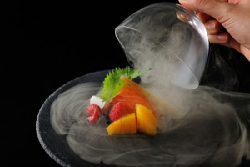 煙が立ち上る大涌谷をイメージした「サーモンの瞬間燻製」(写真提供:星野リゾート)