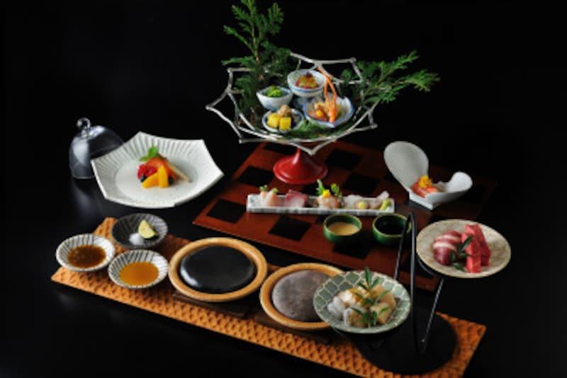 「宝楽盛り」(八寸・お造り・酢の物)、「台の物」など見た目も華やかな会席料理(写真提供:星野リゾート)