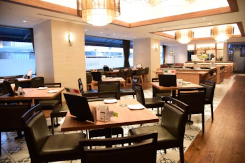 「三宮REIホテル」のレストランは、カフェ風でひとりでも入りやすくなっています