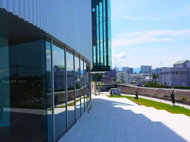 東西南3方向それぞれに大きなガラス面が多く配された外観の富山美術館。