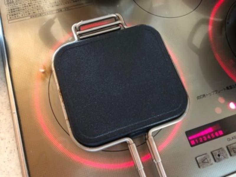 朝のお弁当つくりはホットパンのあたためからスタート。直火でもIHでも使える。