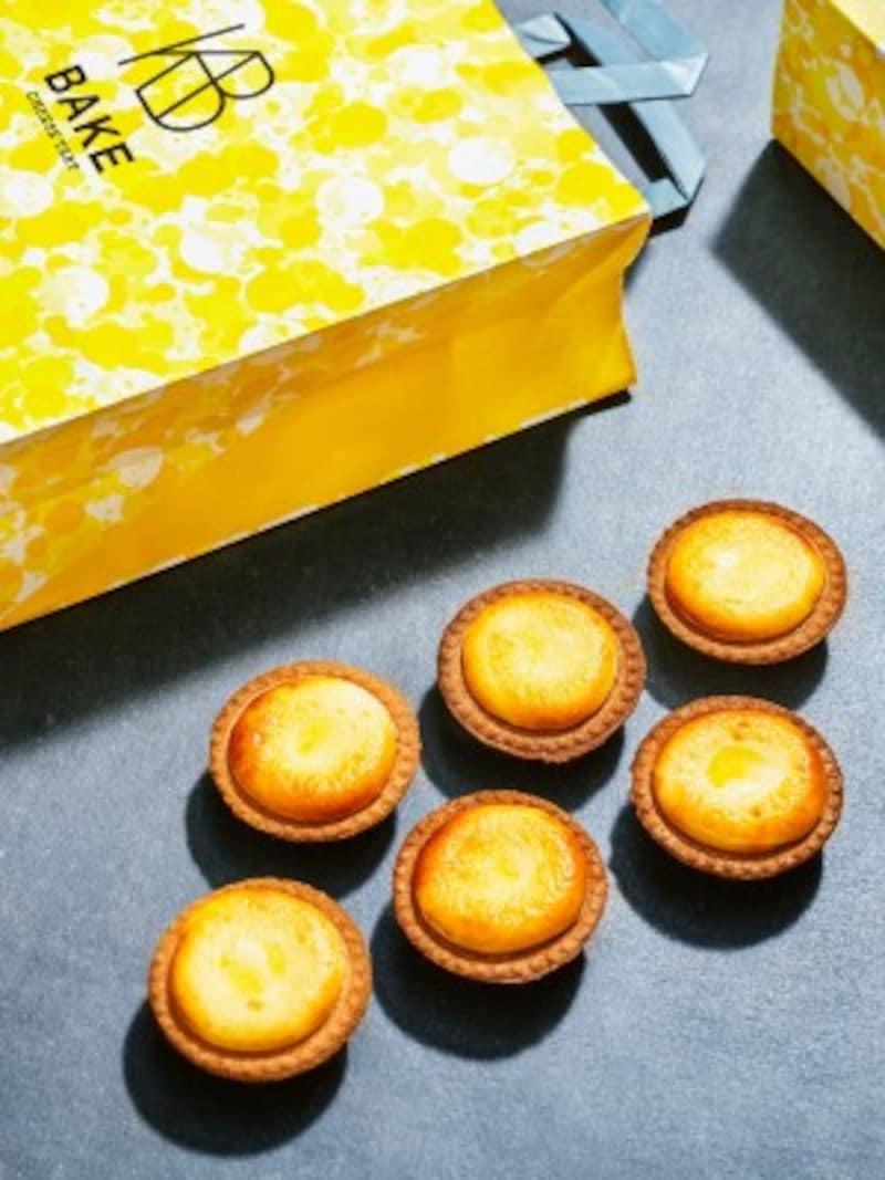 「株式会社BAKE」の「BAKECHEESETART」は、現在では日本国内のみならず海外にも複数店舗を展開。看板商品の「焼きたてチーズタルト」は、定番味以外に期間限定フレーバーも登場する。