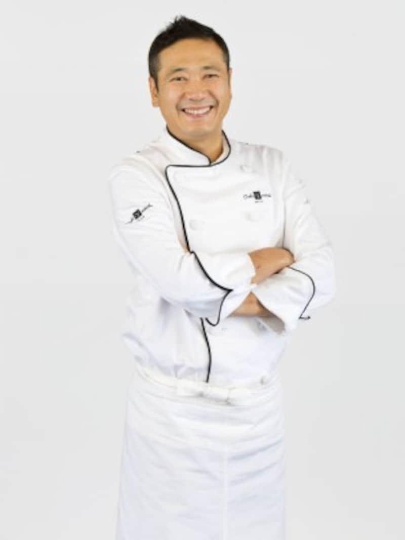 平成16年、恵比寿にパティスリー「トシ・ヨロイヅカ」(現在はチョコレート専門店「YoroizukaEC」としてリブランド)をオープンした鎧塚俊彦シェフ。スペシャリテの「クレーム・ピスターシュ」は現在も人気商品の1つ。