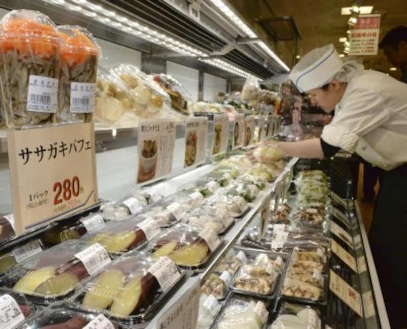 完全に調理された惣菜だけでなく、野菜を蒸したり焼いたりした「半調理品」も人気 写真:読売新聞/アフロ