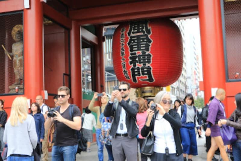 常に多くの外国人観光客でにぎわう浅草・雷門 写真:つのだよしお/アフロ