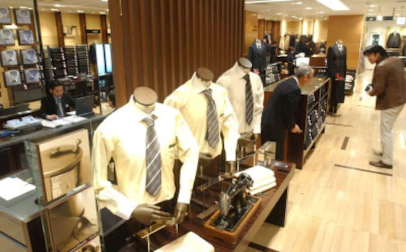 スーツ、ワイシャツをはじめ、全フロアに紳士物が並ぶ、伊勢丹メンズ館 写真:読売新聞/アフロ