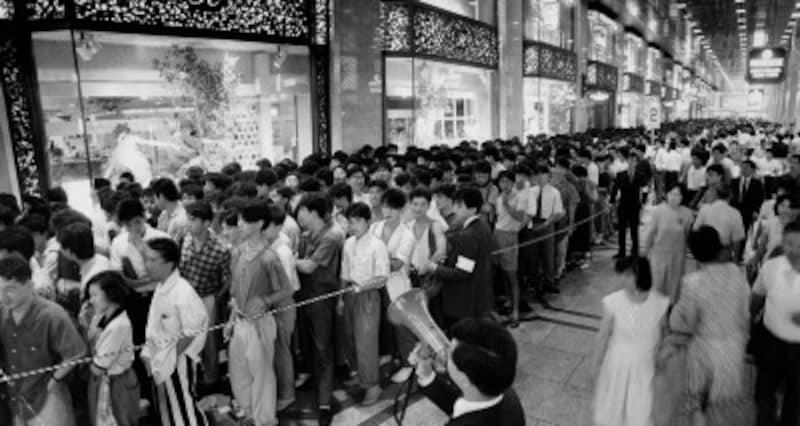 昭和60年、大阪キタでDCブランドのセールに並ぶ人々 写真:読売新聞/アフロ