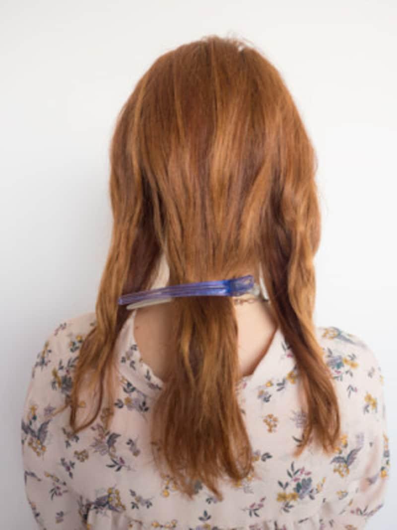 ポニーフックの編みおろしアレンジ前に髪を3つに分ける