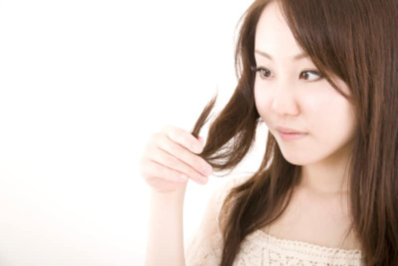 皮膚科医おすすめの白髪治療法をご紹介。受診するなら皮膚科か美容皮膚科か…白髪治療にまつわるアドバイスをお伝えします。