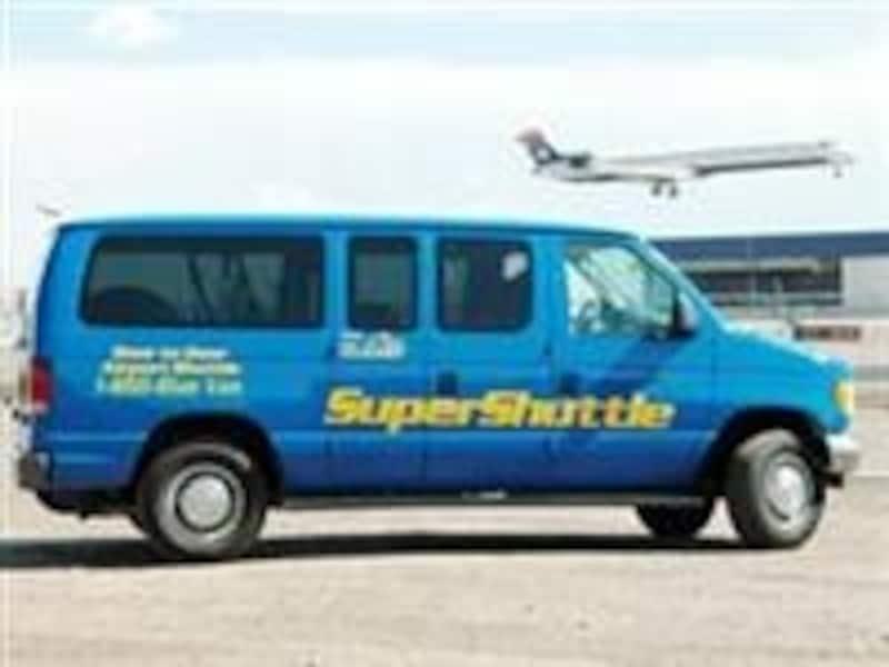 青い車体が目印のスーパーシャトル