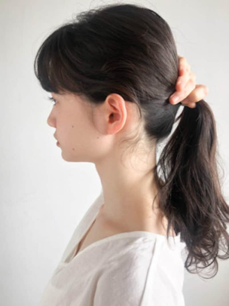 後頭部で髪の毛をひとつ結びにする