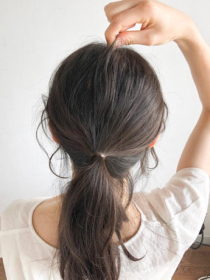 指先で後頭部の表面の毛をつまんで少しずつ引き出し、ボリュームを出す
