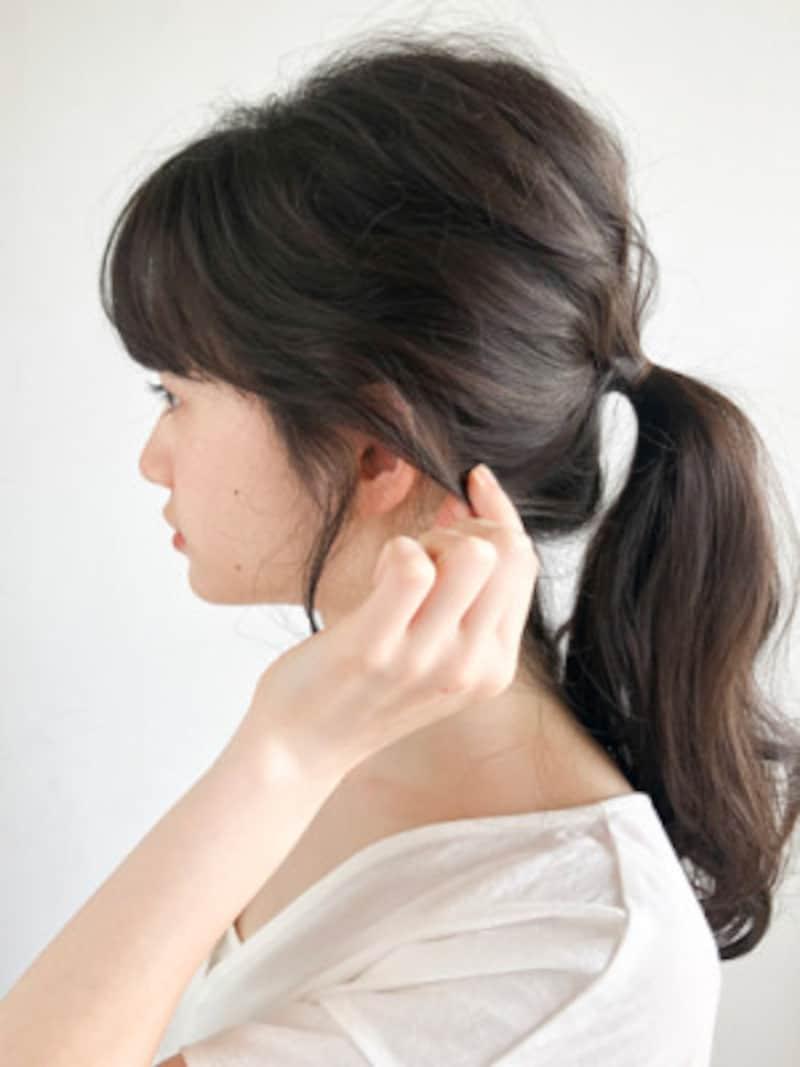 耳上の毛がかぶさるように引き出すことで、ひとつ結びがこなれて見える