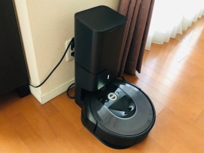 今年2月に発売されたアイロボットのルンバi7+(プラス)。間取りを覚えて掃除する部屋が指定できるようになり、クリーンベース付きでゴミ捨て要らず!