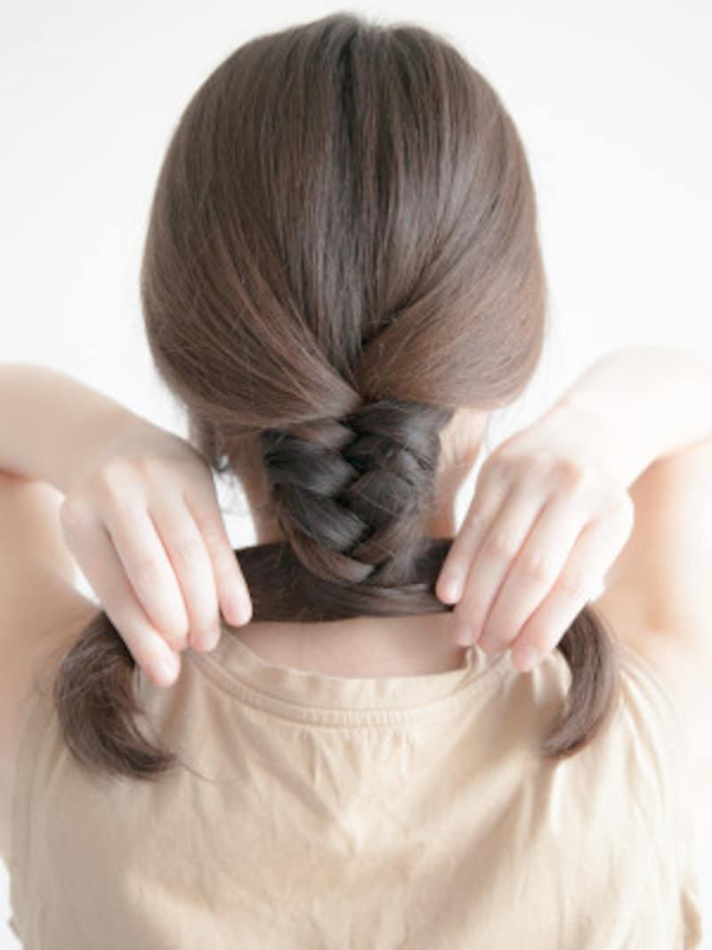 海やプールの髪型:フィッシュボーンの作り方 きつめに編んでいきましょう
