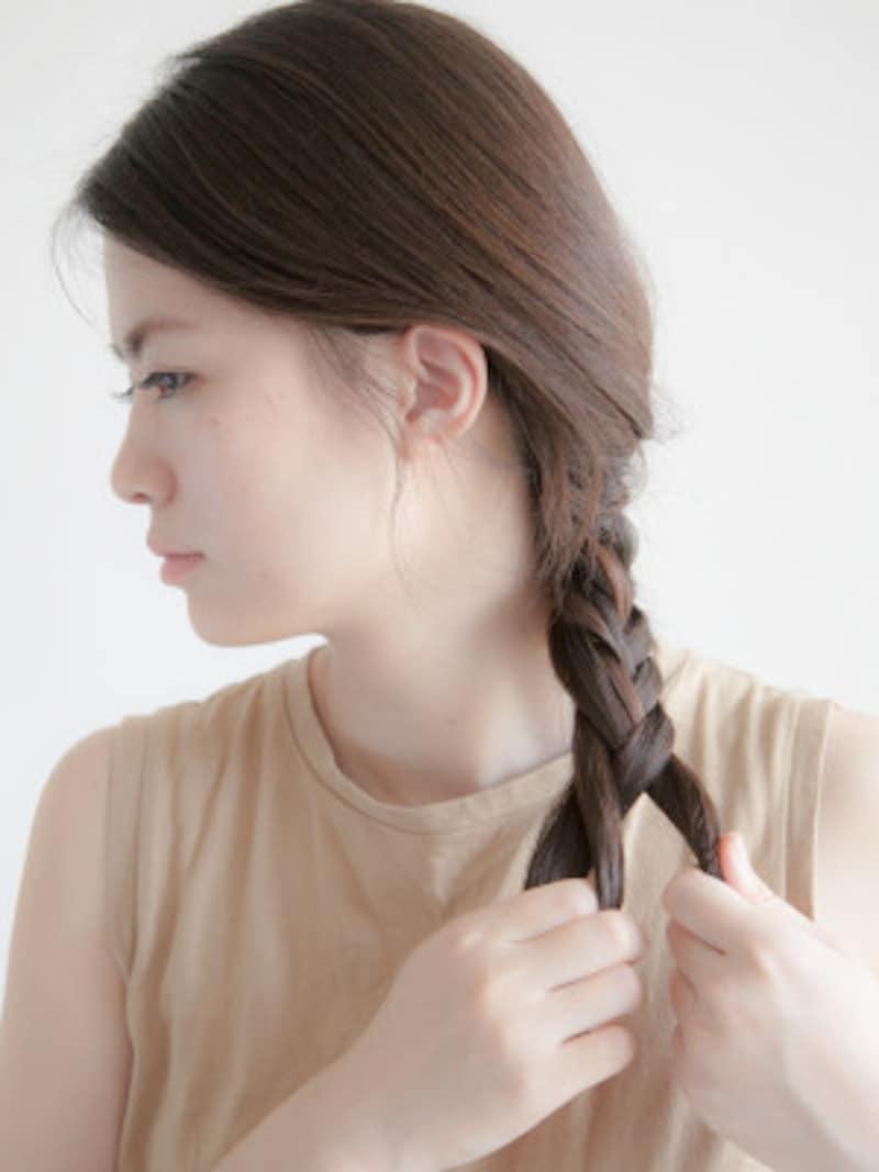 海やプールの髪型:フィッシュボーンの作り方 前に持ってきた方が編みやすくなる