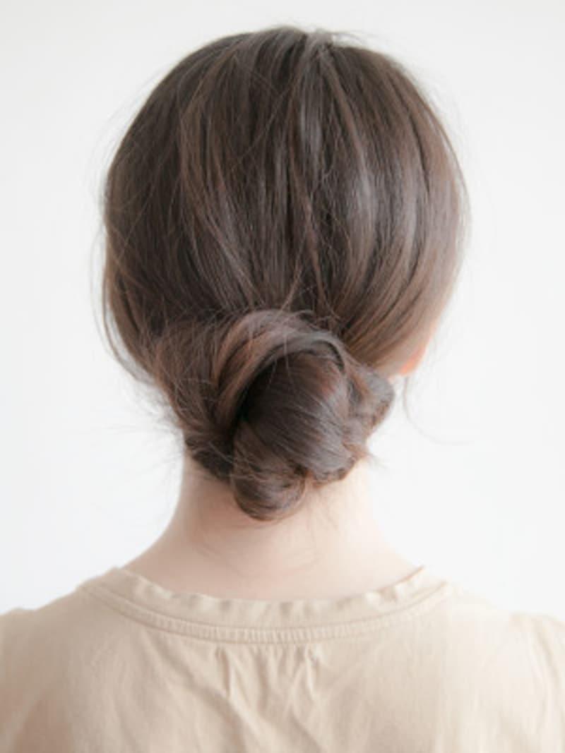 プールや海の髪型・ヘアアレンジ4:ねじり低めお団子