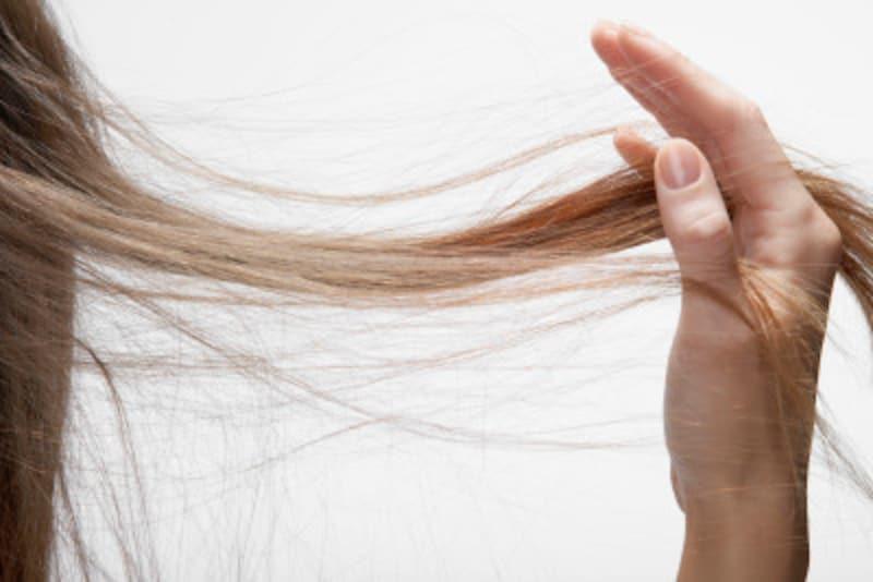 白髪染めは髪と頭皮にダメージを与えます。ケアを怠らないで!