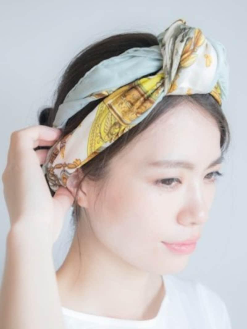 お団子ヘアにスカーフを巻きつけて、白髪の目立たないまとめ髪に(画像出典:白髪が目立たない髪型は?簡単まとめ髪アレンジの方法)